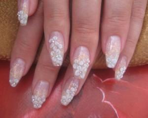 Восхитительный свадебный дизайн ногтей со стразами фото