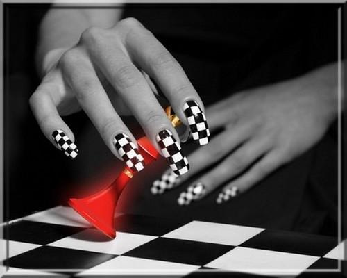 Геометрический рисунок на ногтях