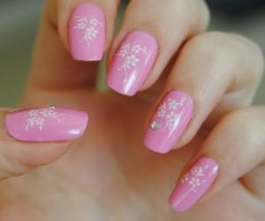 Стемпинг нейл-арт в розовом цвете