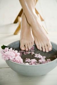 Перед каждой манипуляцией с вросшим ногтей кожу и сам ноготь необходимо размягчить в ванночке  | Перед каждой манипуляцией с вросшим ногтей кожу и сам ноготь необходимо размягчить в ванночке