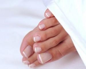 На ножках ногти квадратной формы с французским маникюром выглядят изумительно